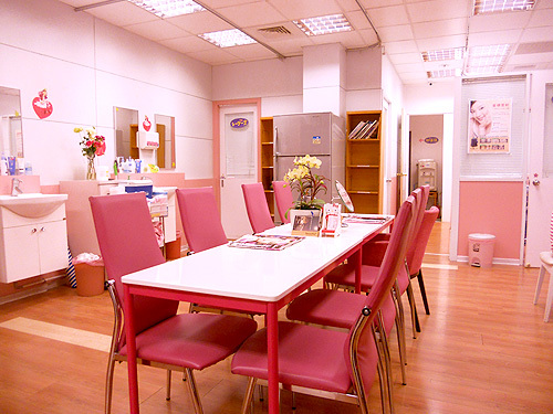 美容クリニックの店内は、ピンク系のインテリアでまとめらています。