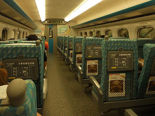 台湾新幹線、目的の駅に付いたら降りましょう。
