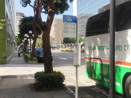 空港からバスで移動