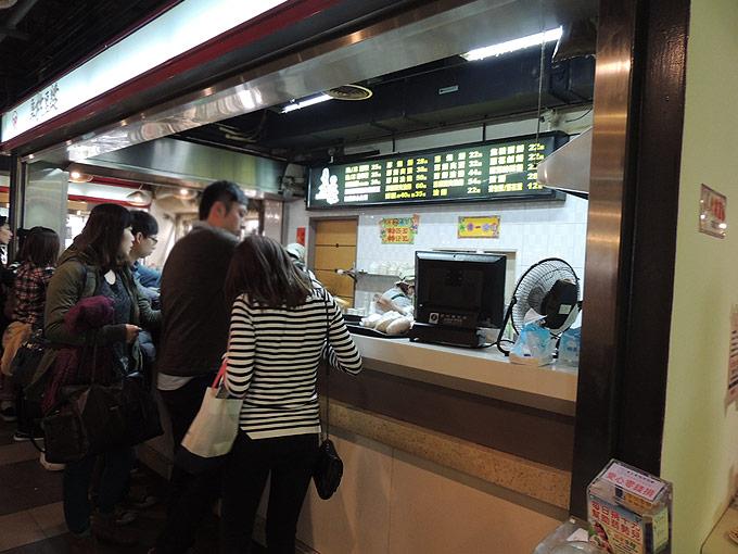 阜杭豆漿の注文はカウンターで指先か口頭で行います