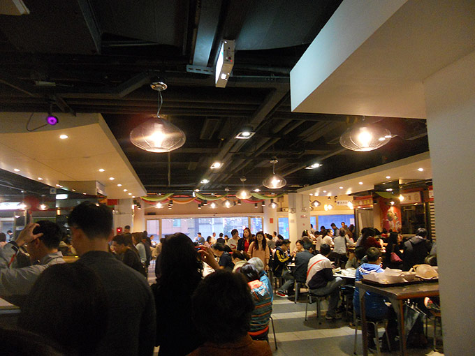 阜杭豆漿の行列に並び、2階に到着。すでに朝ご飯を食べている人たちがいっぱい