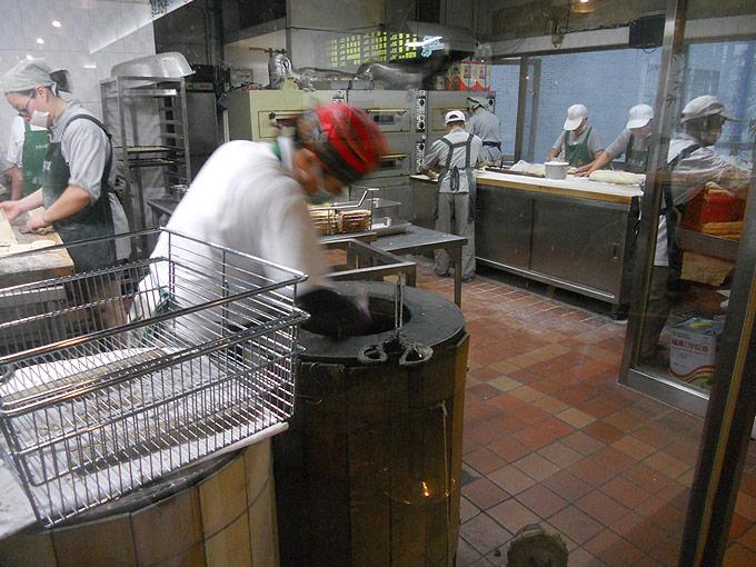 阜杭豆漿の厚餅夾蛋は昔ながらの窯焼きで一個一個丁寧に焼き上げていきます。