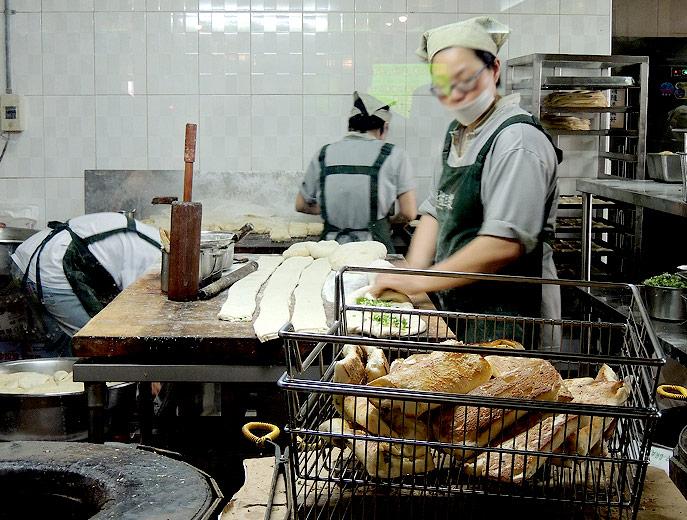 阜杭豆漿の厚餅夾蛋は生地に小麦粉とネギのみじん切りと油を手でこねていきます