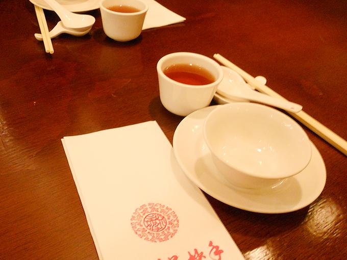 四川呉抄手でお茶を飲みながらメニュー選び