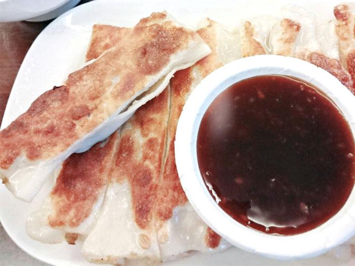 台北グルメ「杭州小籠湯包」の焼き餃子がうまい!タレが特徴的