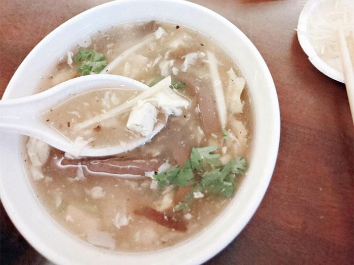 台北グルメ「杭州小籠湯包」の酸辣湯、鴨血がたっぷり入ってローカル感満載