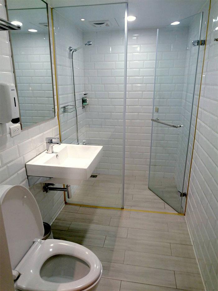 ブティシティカプセルインのシャワールームとトイレは分かれています。