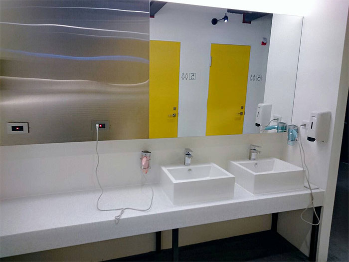 ブティシティカプセルインの洗面所、ドライヤーは2個設置されていました。
