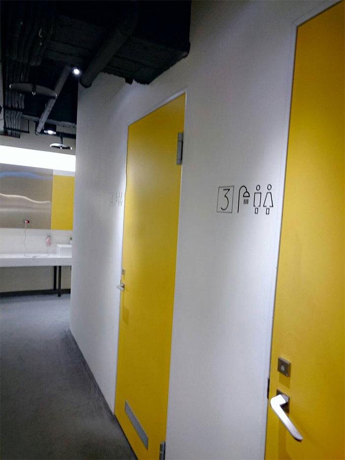 ブティシティカプセルインの内装はシンプルです。洗面所が真ん中にありそこにドライヤーなどが設置されています。