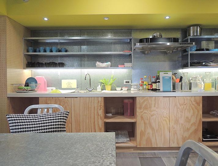 ブティシティカプセルインのキッチンルーム、調味料やまな板があるので簡単な調理も可能です。