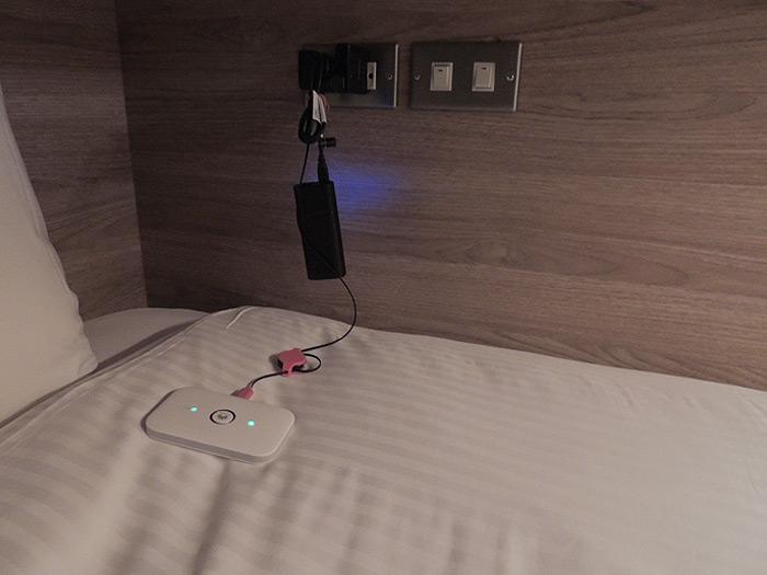 ベットルームの枕元にコンセントがあるので携帯などを充電できます。