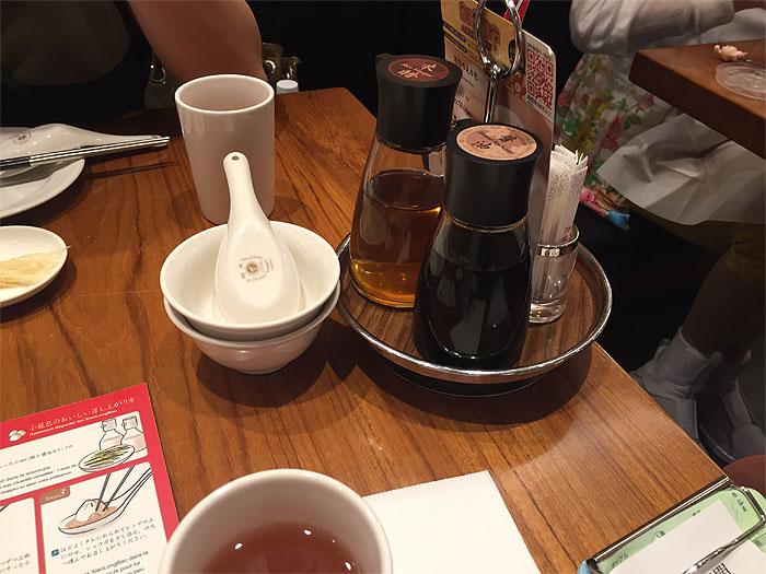 醤油とお酢は席の隅に置いてありました。