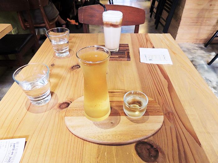 台湾茶とカフェラテをいただきました。この台湾茶が香り良くて好きになりました。