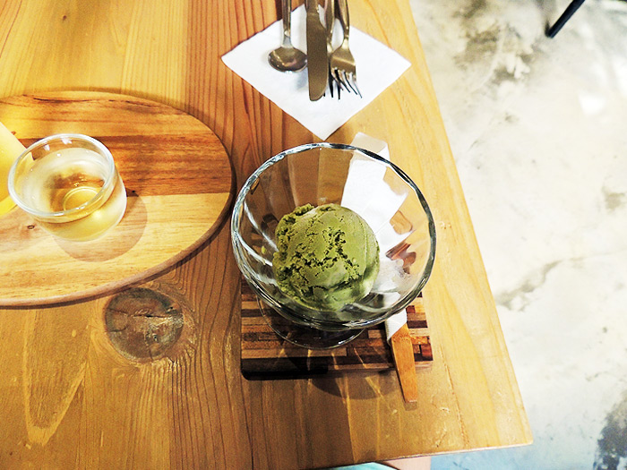 お店で自家栽培しているお茶でつくった無添加アイスクリーム。さっぱりした味でシナモンロールとの相性が抜群です。