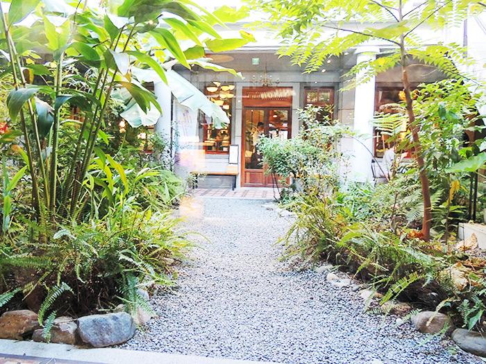 中庭にも席があるので、希望すればここで緑を眺めながらゆったりできます。2階にはプチホテルがあり、宿泊できます。