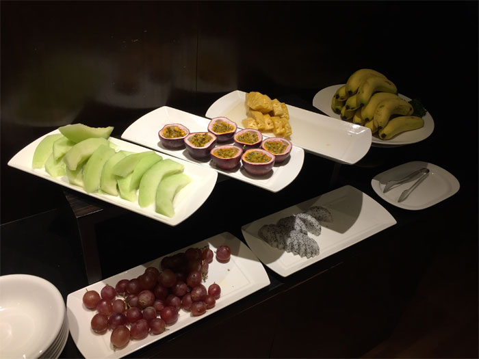 フルーツが盛りだくさんでした。メロン、バナナ、ブドウのほかに、南国的なフルーツもあったり。