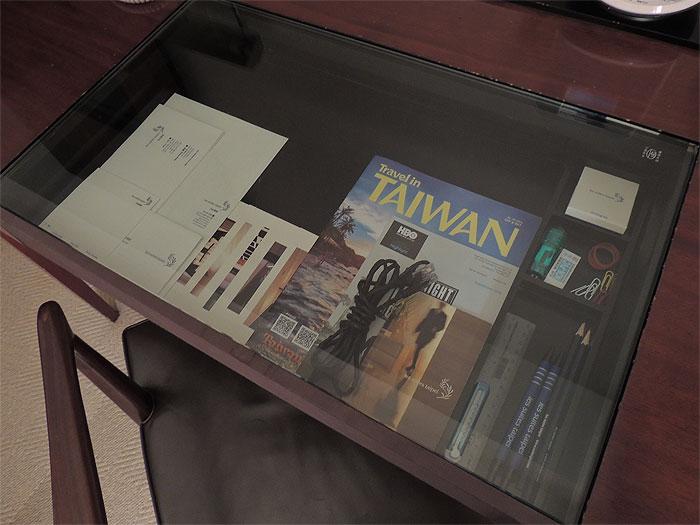 部屋の机には鉛筆、消しゴム、サシ、メモ帳が置いてありました