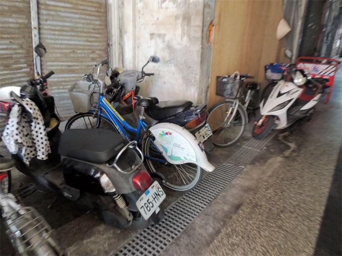 自転車でお店まできている人も多く駐車スペースはいっぱい