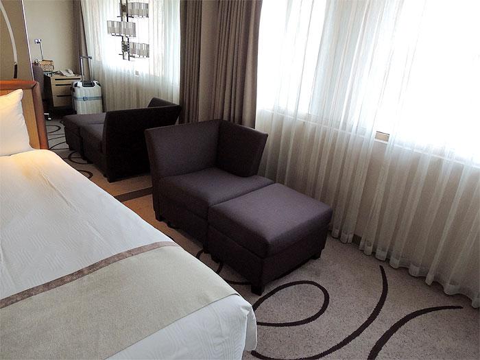 ベットの横にはソファーが置いてありました。ちょうど一人が座れるサイズです。