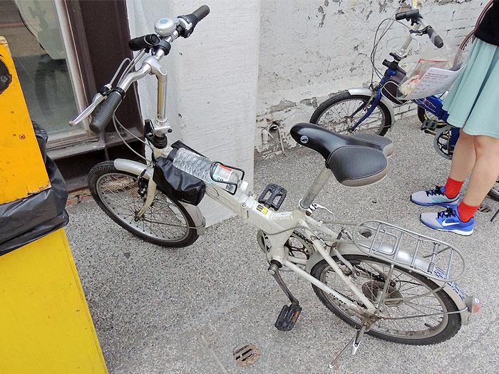 自転車にはペットボトルを取り付ける場所があって便利。