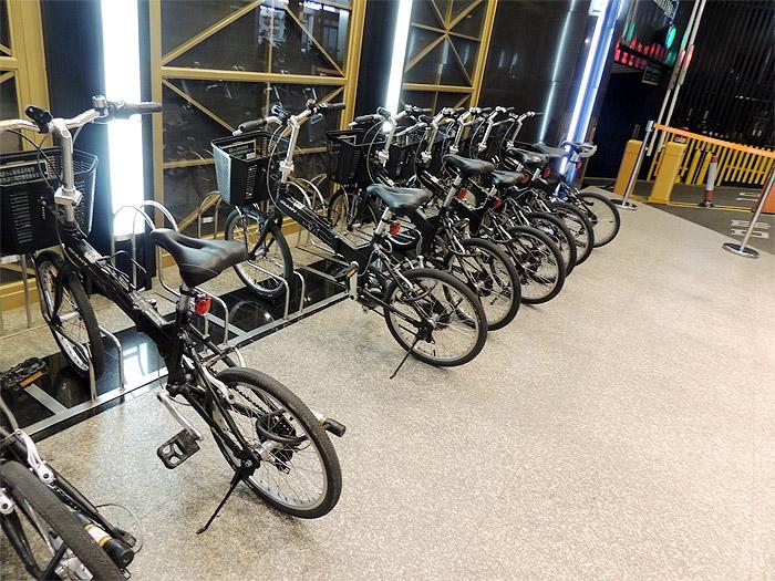 ホテルの目の前にズラーとレンタル自転車が並べられていました