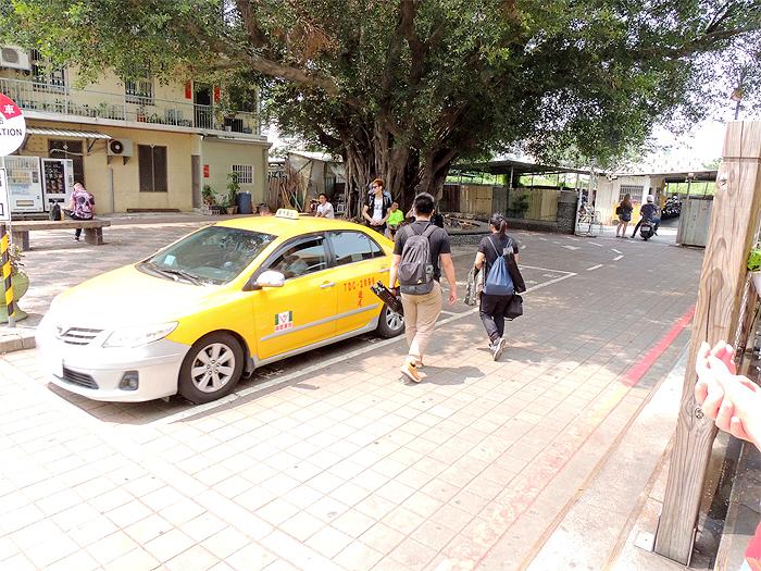 台湾のタクシーの乗り方。流しのタクシーを拾うか、タクシースタンドで乗るのが一般的です。