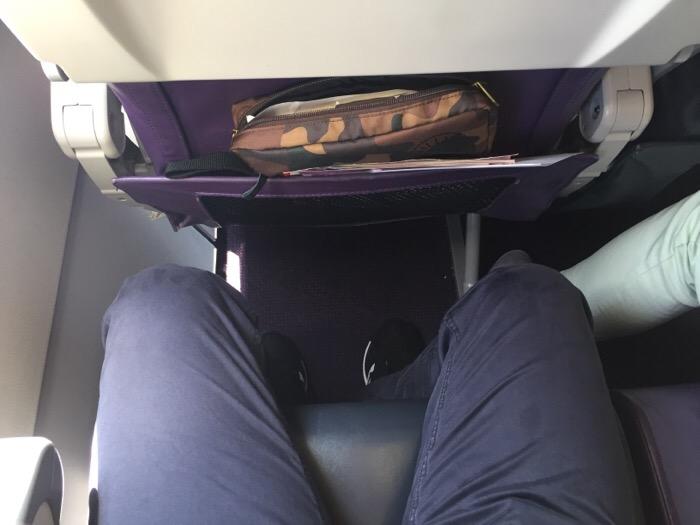 ピーチなどのLCCの座席が狭いため短時間のフライトでも疲れやすいです。