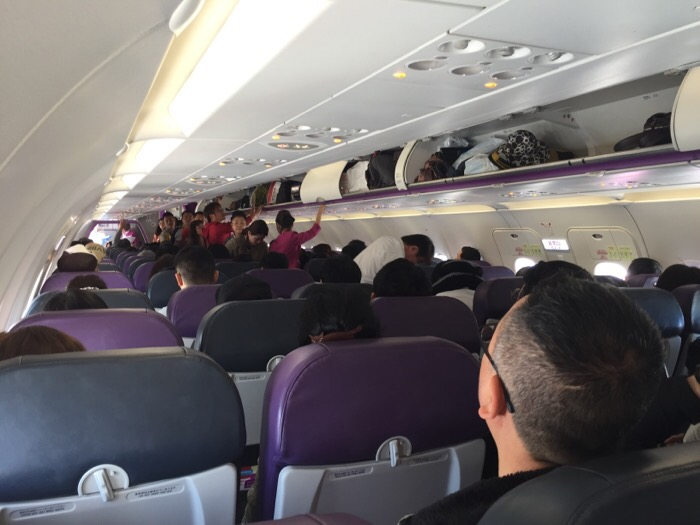 ピーチの機内の様子。料金が安い代わりにFCCに比べて座席との間が狭かったり、座席が広くないです。