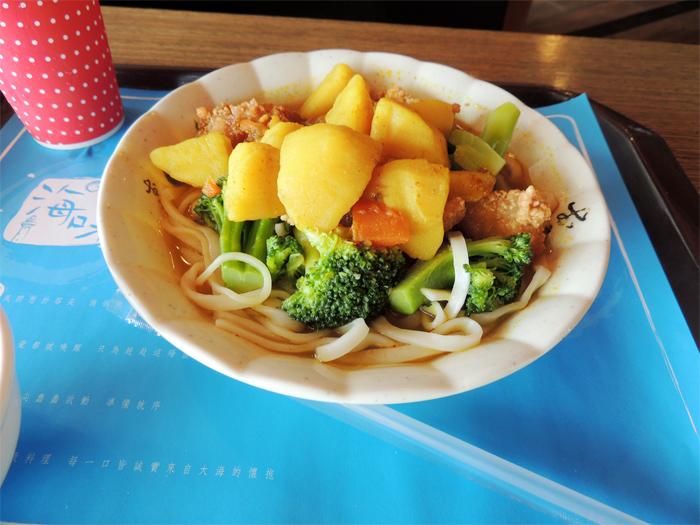 トビウオのカレー麺。カレーはシャバシャバ系。不思議な味だった。