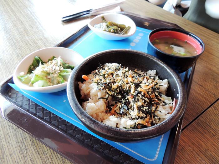 桜海老のご飯。お味噌汁ついてた。