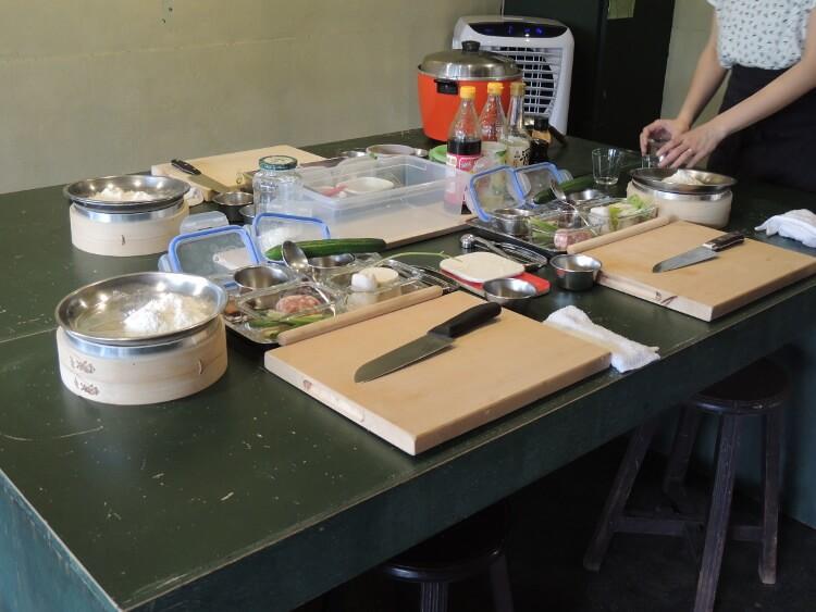 3階がコリアンダー料理教室です。料理に使う材料や用具が並べられていました。