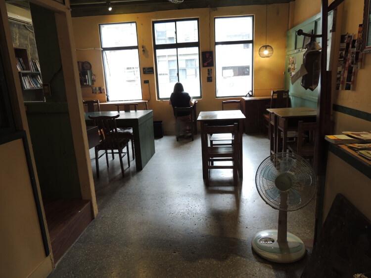 2階に上がったところ。古民家を改装してカフェとドミトリーとして使われていました。