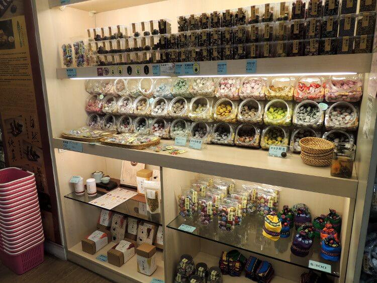 入口に入ってすぐにプーアルのお茶が売っていました。