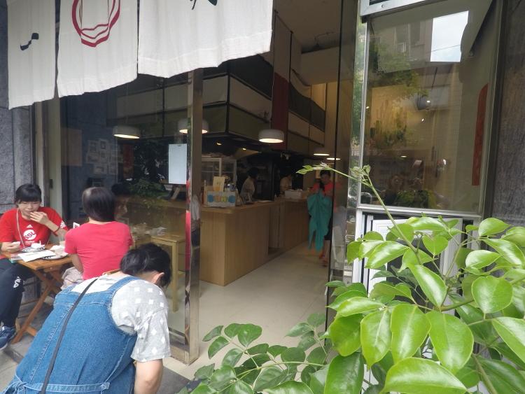 一寶のお店は朝からひっきりなしにお客さんがきている人気のお店でした。