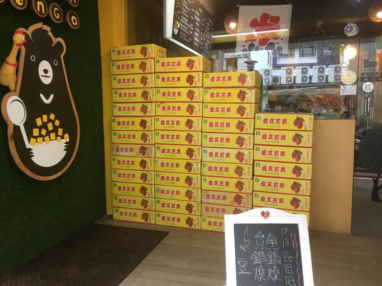 ゴーマンマンゴーのお店の入り口です。マンゴーが入った箱がうず高く並べてありました。