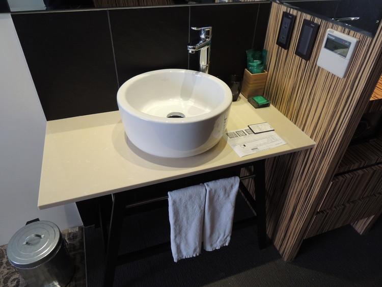 部屋に入ってすぐに手洗い場があります。シャワー・バスルームと一緒の場所にあるのが多いので珍しいですね。
