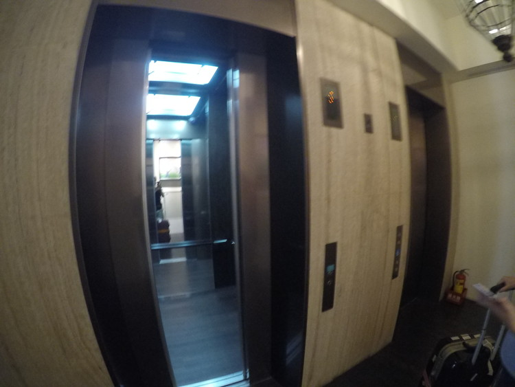 エレベーターを使って受付のある3階に上がります。
