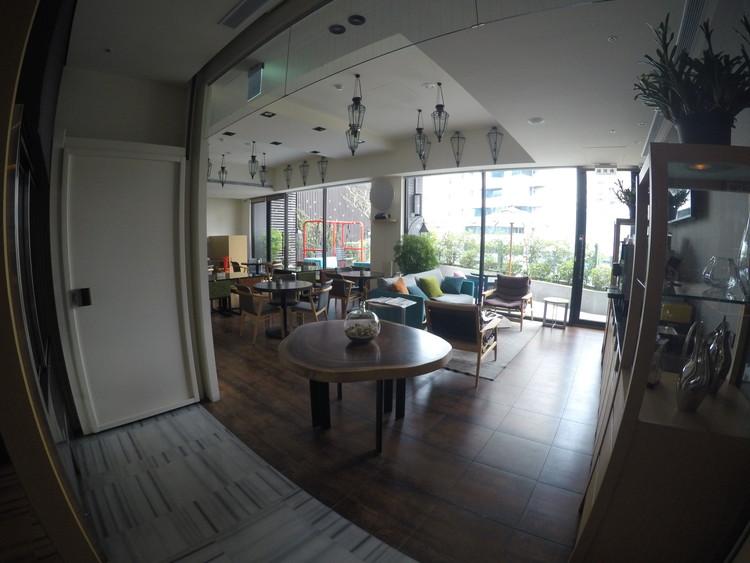 3階のフロントから振り返ったところです。奥のスペースで朝食を食べます。