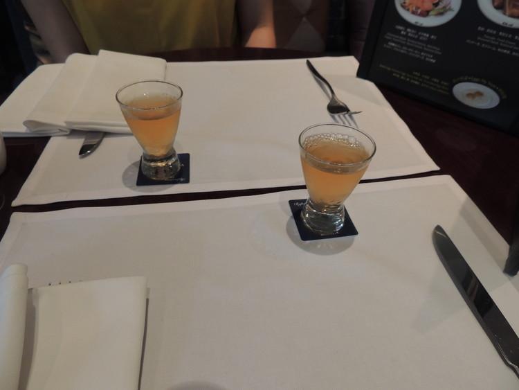 レスイーツ台北 チンチェンの朝食。席につくと、まずは目覚めのお酢がでてきました。飲んだら一気に目覚めました(笑)