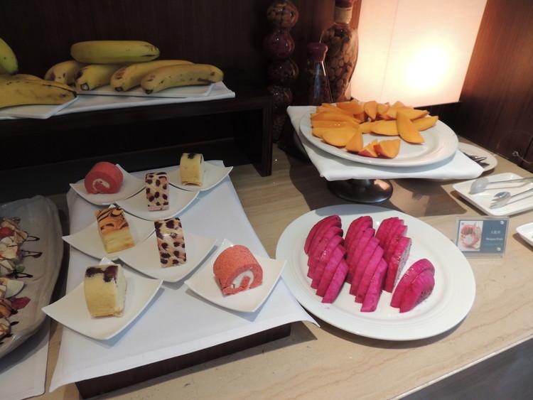 レスイーツ台北 チンチェンの朝食はバナナやマンゴーなどのフルーツ、そしてスイーツなども置いてありました。