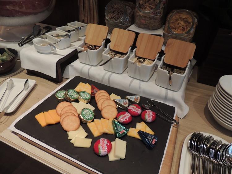 レスイーツ台北 チンチェンの朝食、チーズやクラッカーなども置いてあります。