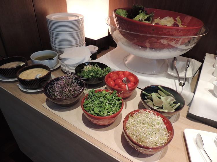 レスイーツ台北 チンチェンの朝食のサラダ、好きな野菜を選びます。ドレッシングは和風、中華、洋風の3種類。