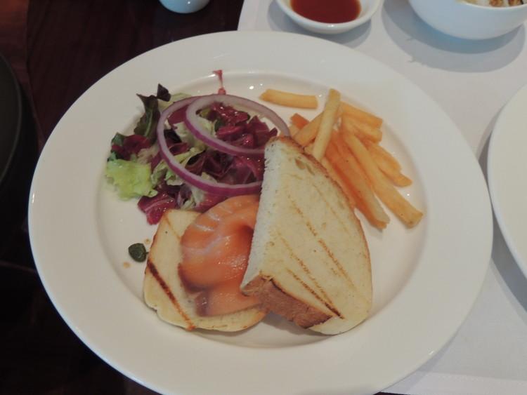 レスイーツ台北 チンチェンの朝食のメイン料理をサーモンのサンドを選びました。