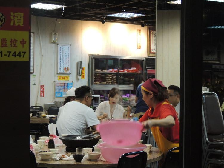 お店は家族連れや友達同士など大人数のお客さんが多かったです。