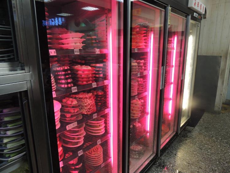 店の奥には様々な食材が入った冷蔵庫があります。ここから好きなものをとっていきます。お皿の色によって値段が違います。