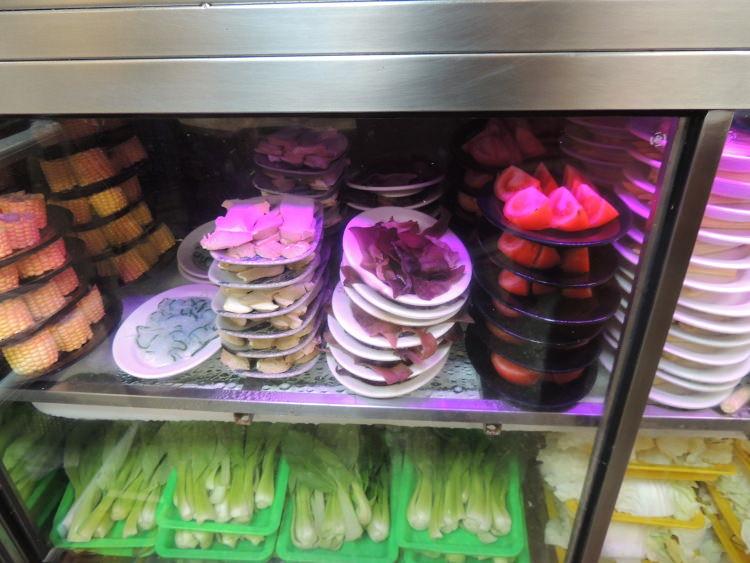 トマト、コーン、チンゲン菜、白菜などの野菜もたくさん入っていました。
