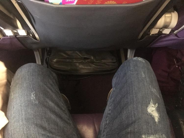 ピーチの機内の席は狭いです。長旅だと少しつらいかもしれません。