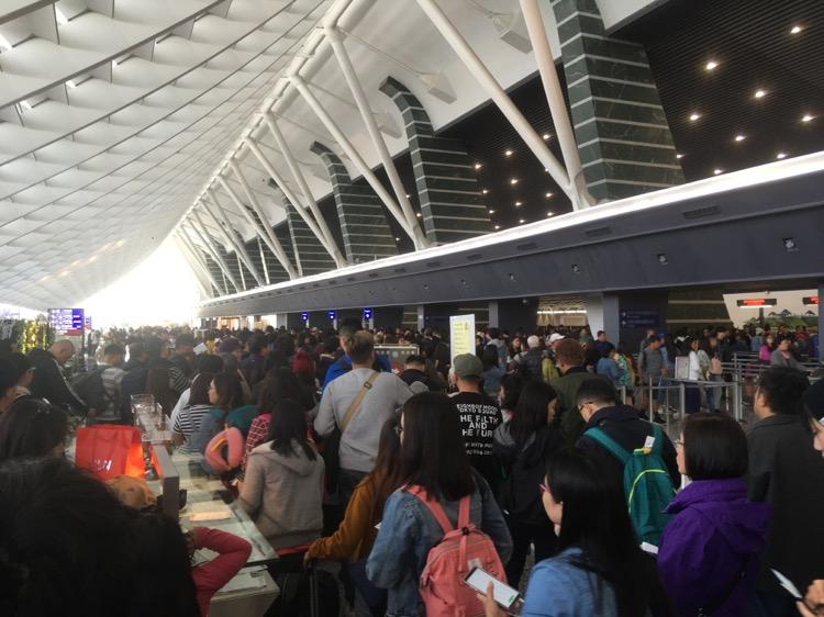 台湾に到着したら、次は入国審査。そして荷物受け取りといった流れです。事前に確認しておくことであわてずスムーズに済ませられます。