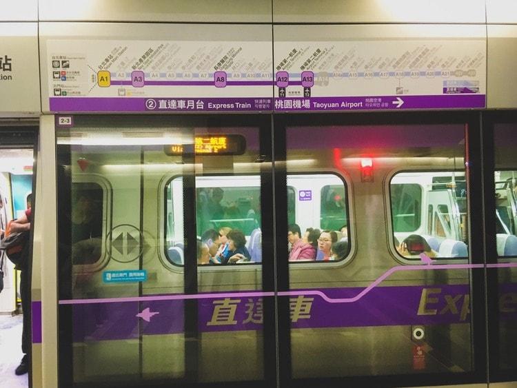 空港から市内への移動は空港線MRTがおすすめです。快速で37分、普通車で50分で台北駅に到着します。