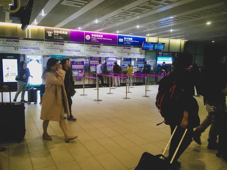 桃園空港MRTのトークンチケットは改札横にある販売機で購入しましょう。